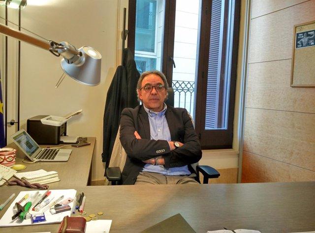 Manolo Mata en su despacho