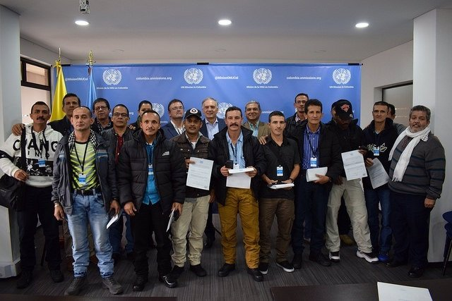 Guerrilleros de las FARC reciben diplomas por dejar las armas
