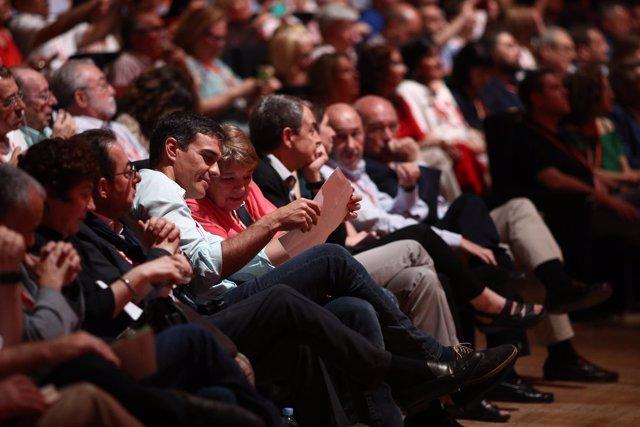 Pedro Sánchez durante el Congreso del PSOE con Rubalcaba y Zaptero de fondo