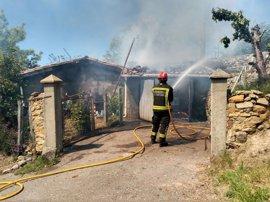 Un incendio destruye un garaje y un cenador en Las Rozas de Valdearroyo