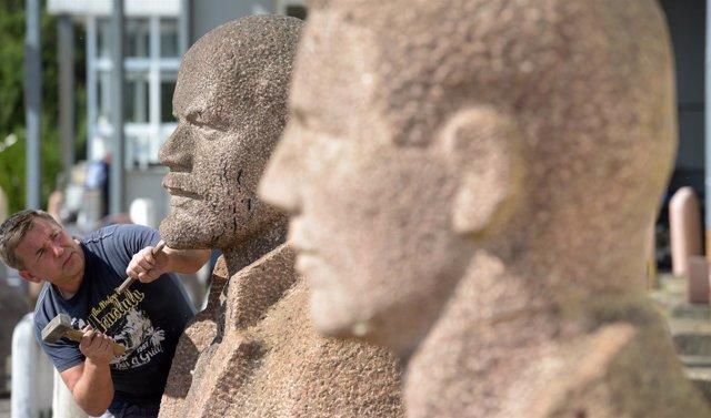 Subasta de estatuas de Lenin y Stalin