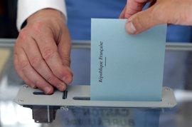 Abren los colegios en la segunda ronda de las legislativas, con Macron de nuevo favorito aplastante