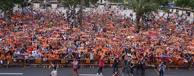 Miles de aficionados tiñeron de naranja la plaza del Ayuntamiento