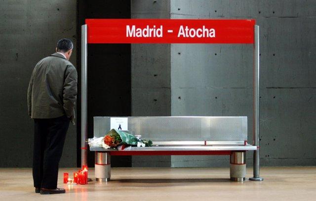 Un hombre presenta sus respetos en la estación de Atocha