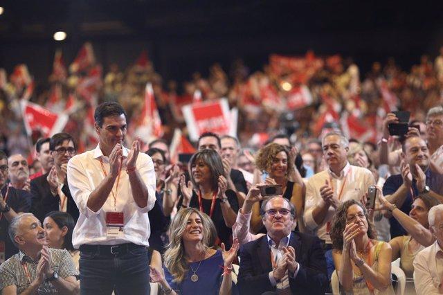 Pedro Sánchez aplaude en el Congreso del PSOE