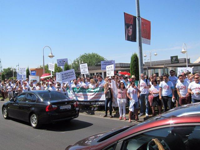 Protestas de los trabajadores de las ambulancias frente a la residencia de Vara