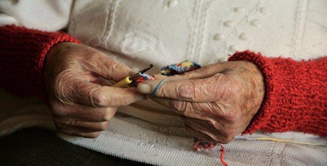 Imagen de recurso de las manos de una persona mayor