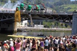 Un total de 30.000 patos surcan la Ría de Bilbao con motivo de la V Estropatada WOP