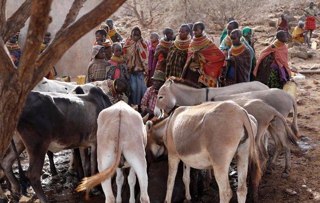 Varias mujeres esperan a coger agua  de un pozo de perforación en Kenia
