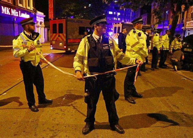 La Policía británica acordona la zona del atropello múltiple en Finsbury Park.
