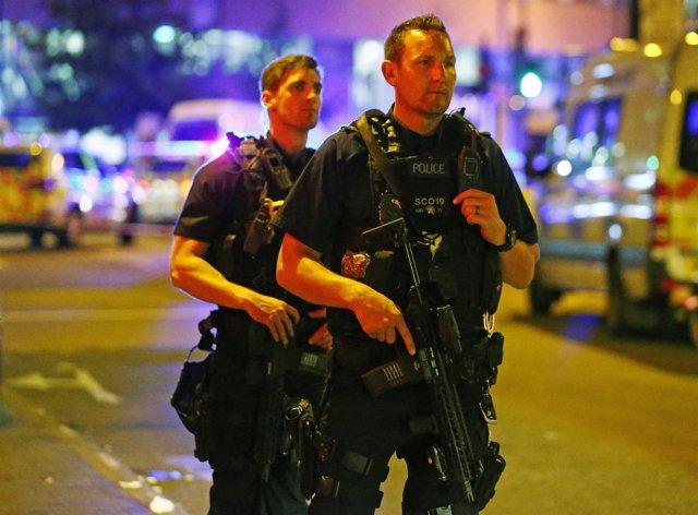 Varios agentes de la Policía en Seven Sisters, lugar del atropello.