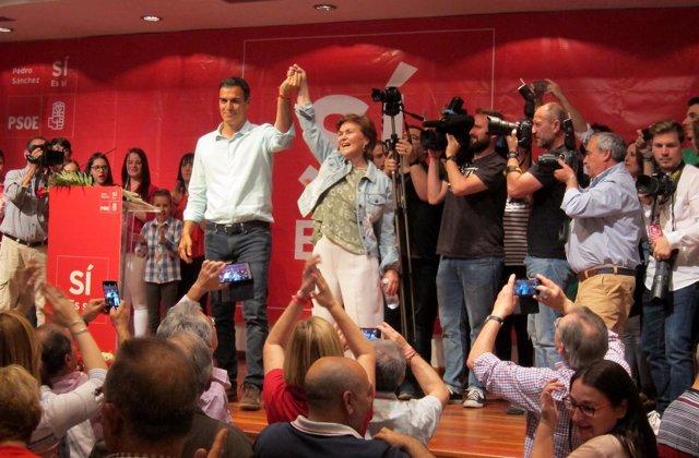 Pedro Sánchez, junto a Carmen Calvo, saluda a los asistentes en el encuentro.