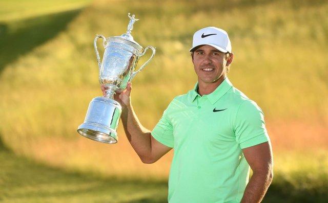 Brooks Koepka posa con el trofeo del US Open de golf