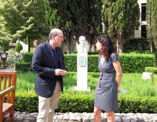Ana Redondo y José Ramón González en el jardón de la Casa Zorrilla