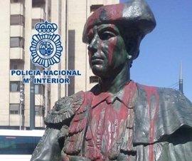 Dos detenidas en Granada por echar pintura roja a una escultura del torero 'Frascuelo'