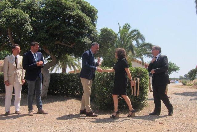 S.Sáenz de Santamaría saluda al conseller S.Vila