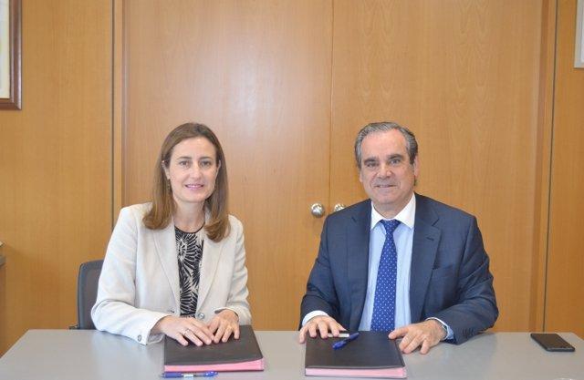 Cristina Henríquez de Luna y Jesús Aguilar, firmando el acuerdo