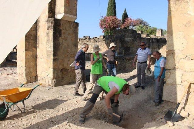 Alcalde (al fondo, de blanco) visita la excavación