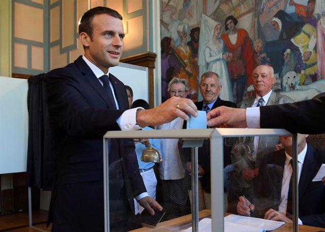 Emmanuel Macron vota en las parlamenarias