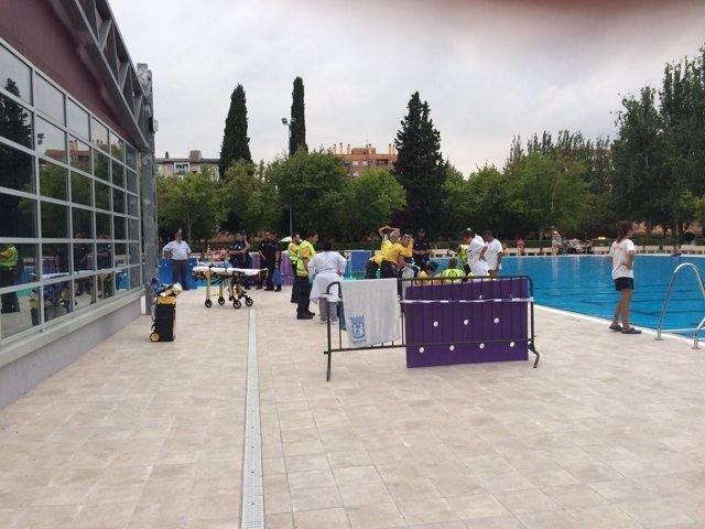 Intervención del Samur-Protección Civil en la piscina de Aluche