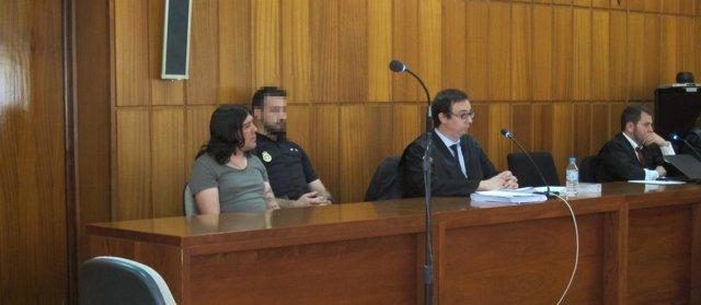 El acusado de matar a su hermano gemelo a la izquierda