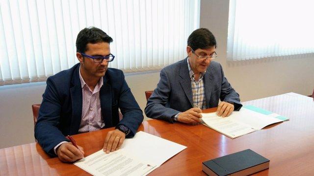 El consejero de salud, Manuel Villegas firmó el convenio con asociación D'genes