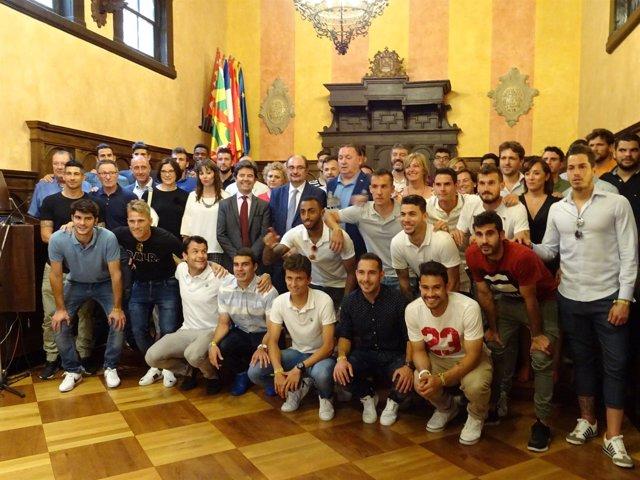 El Ayuntamiento ha recibido a la S.D. Huesca este lunes