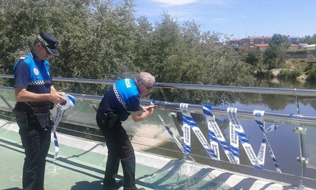 Agentes de la Policía Municipal señalizan la pasarela