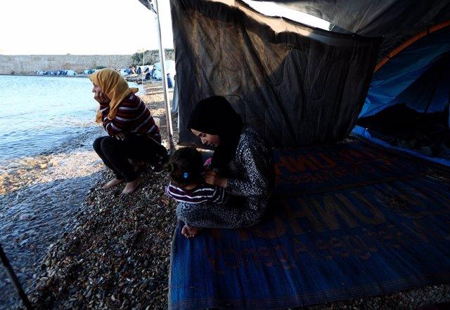 Dos refugiadas en una playa de la isla griega de Quios
