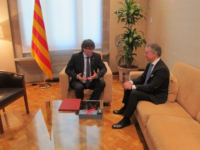 El presidente de Catalunya, Carles Puigdemont, y el lehendakari, Iñigo Urkullu