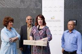 El Parlamento de Navarra acoge la exposición fotográfica 'Mujeres saharauis: un reto a la injusticia'