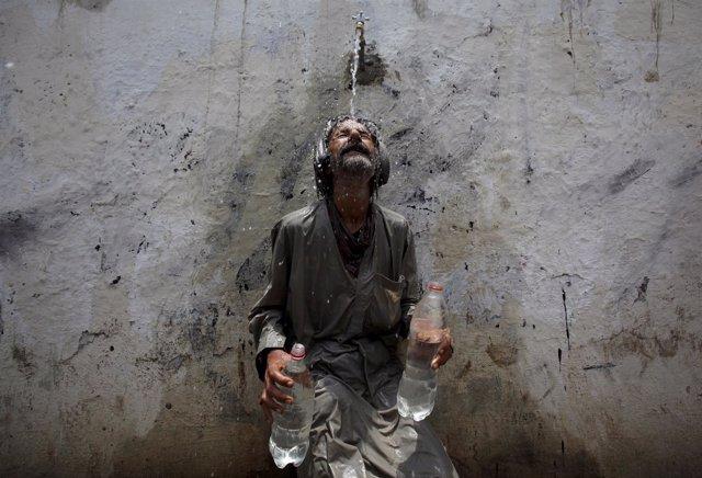 Un hombre se refresca durante la ola de calor en Karachi