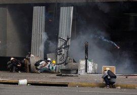 Nuevos enfrentamientos entre manifestantes y fuerzas de seguridad remecen las calles de Caracas