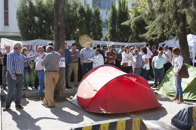 Agricultores del Condado acampan en la puerta de la Junta en Huelva.
