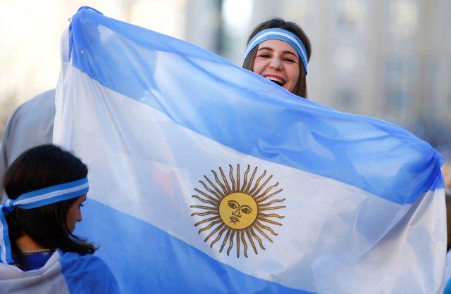 Mujer alegre sosteniendo una bandera de Argentina