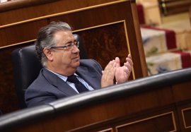 "Zoido censura por ""infamante"" que Puigdemont compare la derrota de ETA con un referéndum ""ilegal"""
