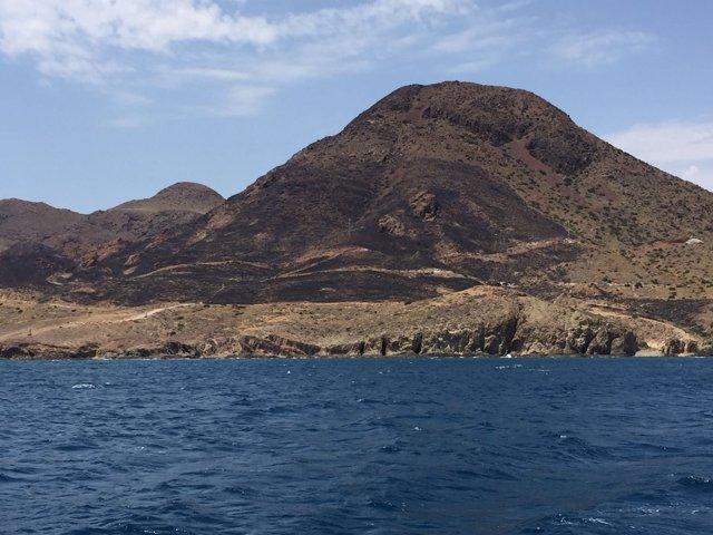 Restos del incendio en Cala Rajá, en Cabo de Gata (Almería)