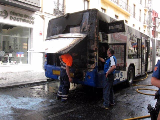 El autobús siniestrado, revisado por operarios.