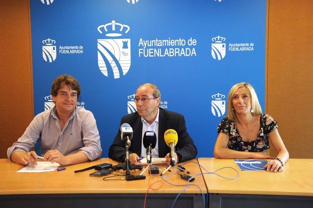Manuel Robles con miembros de su equipo en rueda de prensa