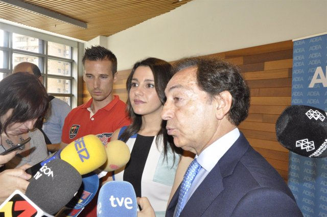 La portavoz de Cs, Inés Arrimadas, con Salvador Arenere (ADEA).