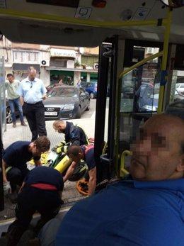 Bomberos ayudan a un discapacitado a bajar de un autobús