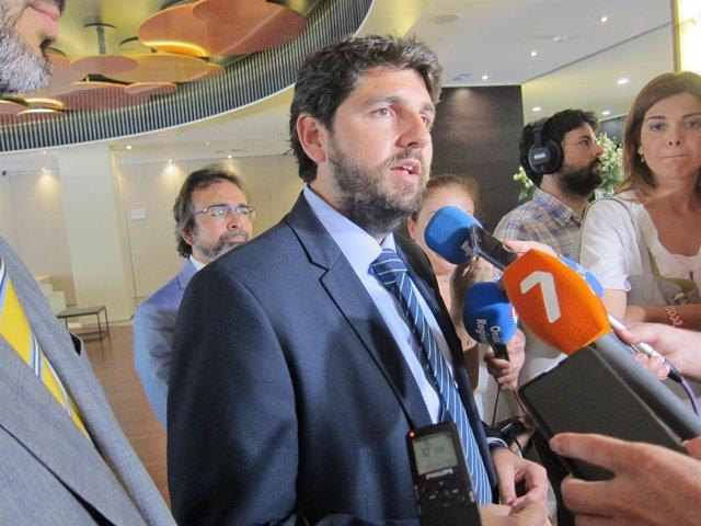 El presidente López Miras atendiendo a los medios