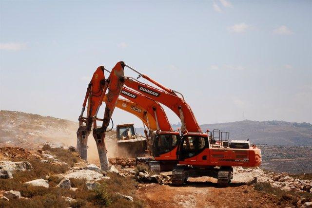 Excavadoras en la construcción del nuevo asentamiento israelí en Cisjordania