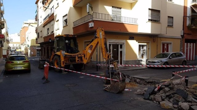 Arreglo de cortes de luz por parte de técnicos de Endesa en Huelva capital.