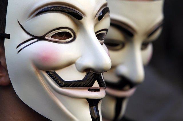 Manifestante con máscara de Anonymous in Roma