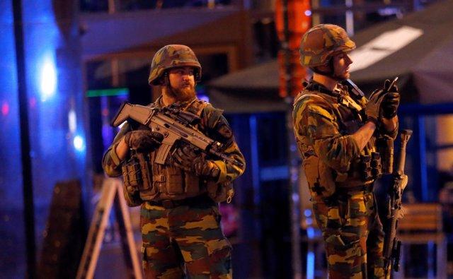 Soldados patrullan las calle de Bélgica