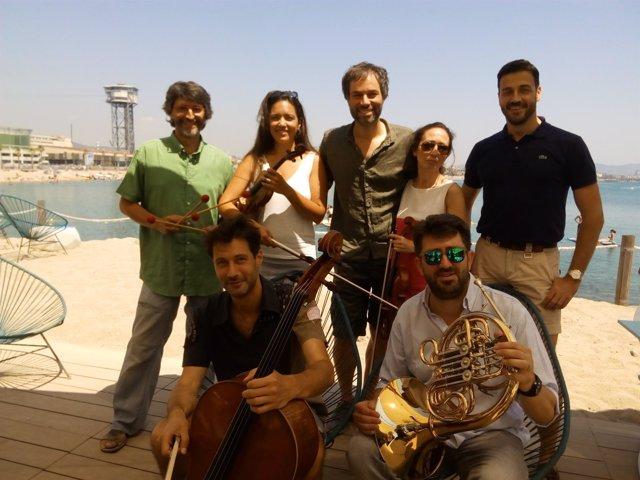 Músicos de la OBC junto a su gerente, J.Tort, y el director, J.Vicent