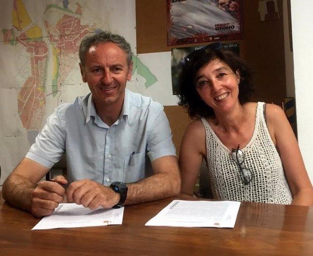 Alcalde Biescas y presidenta A. Protectora Animales Sin Techo, Silvia Maza