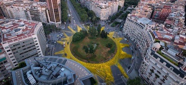 Sol gigante en la plaza Francesc Macià de Barcelona hecho por Greenpeace
