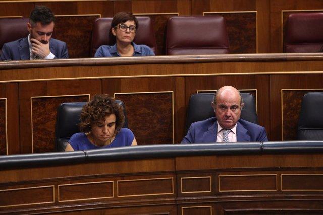 Dolors Montserrat y Luis de Guindos en la sesión de control al Gobierno